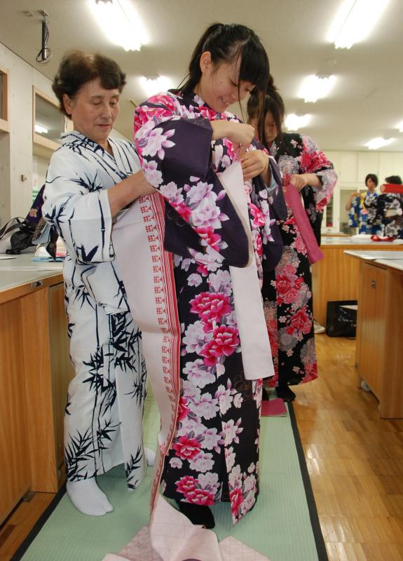 講師の手ほどきで浴衣の着付けを習う鶴岡中央高の生徒たち 講師の手ほどきで浴衣の着付けを習う鶴岡中