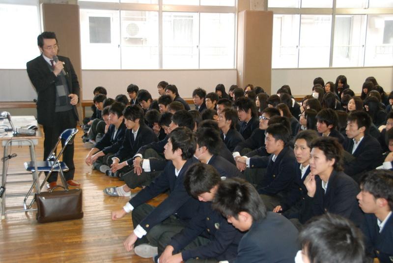 秋保さん(左)の話を聞く鶴岡東高の生徒たち 秋保さん(左)の話を聞く鶴岡東高の生徒たち 2013