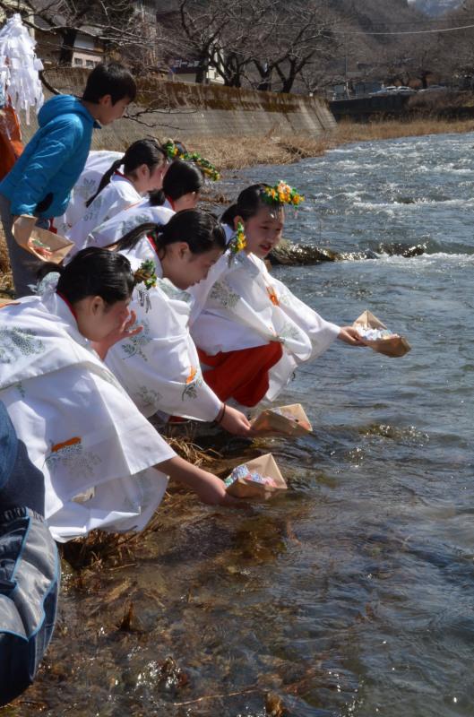 巫女装束姿の子供たちが温海川で流し雛を行った 巫女装束姿の子供たちが温海川で流し雛を行った 市町